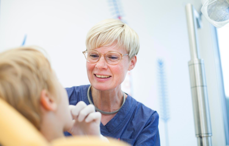 Kind während Zahnbehandlung